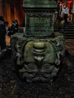 Zwei der Säulen für die Yerebatan-Zisterne waren zu kurz. Die Arbeiter griffen kurzerhand zu vorhandenem Material und schoben zwei Medusenhäupter als Sockel unter die Säulen, um die richtige Höhe zu erzielen.