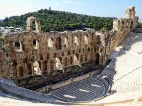 Herodes Atticus, Politiker und Mäzen, Schwager des römischen Kaisers Antoninus Pius, stiftete 161 n. Chr. dieses Theater am Fuße des Akropolis-Felsen. Ein Germanenstamm hat es 100 Jahre später geplündert und dabei das Dach zerstört. Im Hintergrund der Philopappos Hügel mit dem gleichnamigen Denkmal.