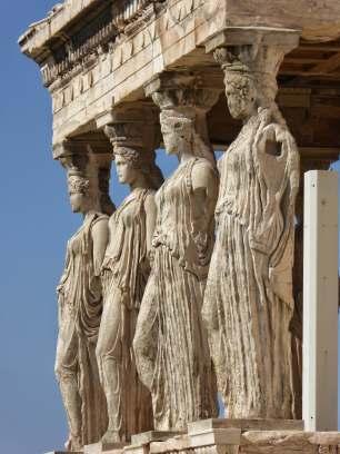Vier der fünf überlebensgroßen Mädchenfiguren (Koren) des Erechtheion Tempel auf der Akropolis. Die Originale stehen im Akropolis Museum. Die sechste Kore befindet sich im Britischen Museum in London.