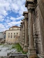 Die Westfassade der Hadriansbibliothek mit vorgeblendeten korinthischen Säulen. Mehr als 20.000 Schriftrollen konnten in der von Kaiser Hadrian gestifteten Bibliothek seinerzeit eingesehen werden.