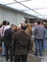 Da hinten gibt es vermutlich was zu sehen, aber was? Reisegruppe im neuen Akropolis-Museum in Athen.