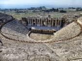 Kultur und Wellness in der Antike: Theater aus der Zeit des römischen Kaisers Hadrian in Hierapolis. Im Hintergrund die abfallenden weißen Kalkterrassen von Pamukkale.
