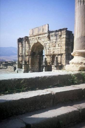 Der Caracalla-Bogen in Volubilis, Marokko. Ein Triumphbogen aus dem 3. Jahrhundert zu Ehren des römischen Kaisers Caracalla.