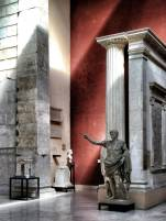 Kaiser Augustus im Museo della Civilità Romana und der Nachbildung des Eingangs zum Augustus Tempel in Ankara