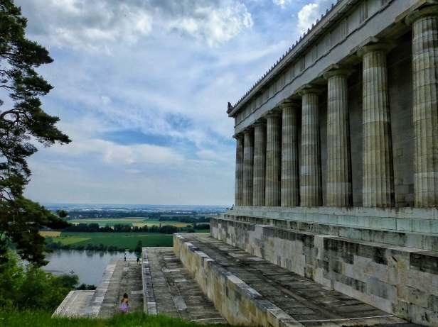 Blick in das Donautal und Ostseite der Walhalla. Insgesamt ist die Walhalla von 52 dorischen Säulen umgeben.