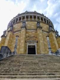 Gedenkstätte für die siegreichen Schlachten gegen Napoleon in den Befreiungskriegen 1813-1815. Die Befreiungshalle wurde von Friedrich Gärtner in Anlehnung an antike und christliche Zentralbauideen begonnen und 1863 von Leo von Klenze nach geänderten Plänen vollendet.