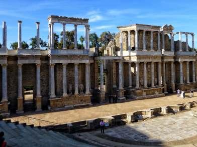 Das römische Theater: Unterhaltung für 6000 Besucher. Prachtvoll ausgestattet mit portugiesischem Marmor und mehrfach umgebaut. Seit 1933 finden im Sommer Theaterfestivals statt. Außerdem beliebte Kulisse für Hochzeitsfotos.