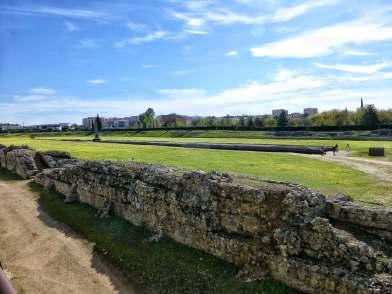 Die Pferde- bzw. Wagenrennbahn: vier Fußballfelder groß, fasste das Stadion 30.000 Zuschauer. Der berühmteste römische Wagenlenker aller Zeiten, der Lusitaner Caius Apuleius Diocles, verdiente sich hier seine ersten Lorbeeren.