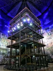 Im Zentrum des Panoramas: Die 15 Meter hohe Besucherplattform im Gasometer ermöglicht Ausblicke in verschiedenen Höhen. Audio- und Lichttechnik sorgen für Atmosphäre.