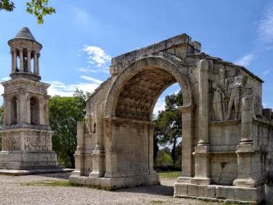Neben dem Grabmal steht der Triumphbogen. Beide Monumente waren im 16. Jahrhundert die einzigen sichbaren Überreste des antiken Glanum.