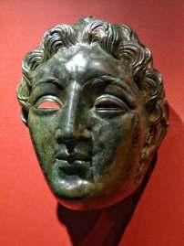 Dieser Gesichtshelm mit Lockenfrisur zählt zum so genannten hellenistischen Typ oder Alexandertyp. Auch ein passender eiserner Hinterkopfhelm wurde in der Nähe von Straubing gefunden.