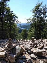 Schöner Blick auf die Talsperre bei Nonnweiler im Nationalpark Hunsrück-Hochwald. Vorne einige Steintürmchen.