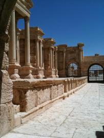 Die Reste des römischen Theaters aus dem 2. Jahrhundert n. Chr. in Palmyra. Blick vom Seiteneingang auf die Bühne.