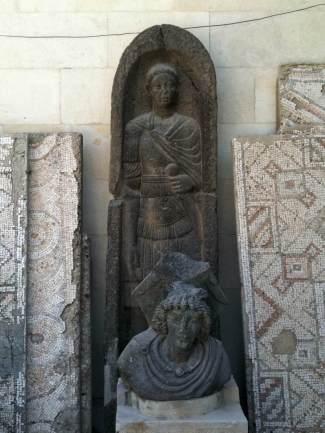 Eine Büste Alexander des Großen im Nationalmuseum von Damaskus vor dem antiken Bildnis eines Römers?