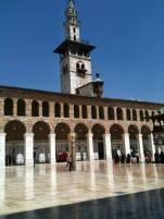 """Zu römischen Zeiten stand hier ein Jupitertempel, in der Spätantike eine christliche Kirche. Die Umayyaden-Moschee wurde als ewige Baustelle berühmt, denn seit ihrer Errichtung baute man stets entweder um oder neu auf. Dem geometrischen Schmuck ihrer Arkaden, Minarette, Wandfriese und Gitterfenster verdankt sie die Bezeichnung """"Weltwunder"""" islamischer Baukunst."""