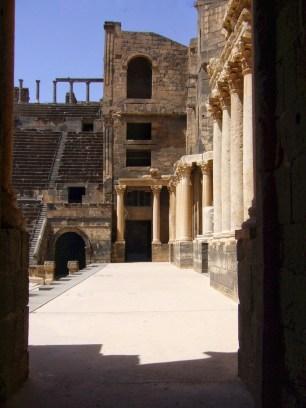 Römisches Theater in Bosra. Blick über die Bühne (pulpitum) des dreistöckigen Bühnenhauses (scaena).