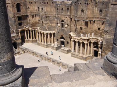 Römisches Theater in der Zitadelle in Bosra: Blick vom Zuschauerraum auf Orchestra und Bühnenbau. Es wurde wohl in der ersten Hälfte des 2. Jahrhundert n. Chr. erbaut.