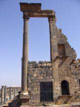 Vom römischen Kalybe-Heiligtum in Bosra ist nur noch ein Wandsegment und eine hohe Säule geblieben.