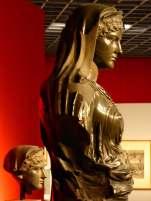 Die Originalbüste der Agrippina aus der Ny Carlsberg Glyptothek in Kopenhagen und als Nachbildung auf dem restaurierten Torso aus dem Centrale Montemartini in Rom.