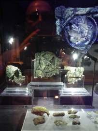 Die drei größten Fragmente des Antikythera Mechanismus sind im Archäologischen Nationalmuseum in Athen ausgestellt.