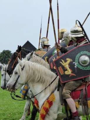 Der vorderer Reiter trägt einen Helm keltischen Typs. Bewaffnet sind alle mit Reiterlanzen und Schwertern.