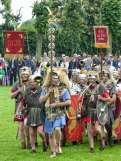 Die Feldzeichenträger marschieren mit Legionsadler und den Standarten verschiedener Truppenteile voran