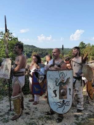 Gladiatoren waren oft Kriegsgefangene, aber auch freie Bürger. Sie wurden in speziellen Schulen (ludi) ausgebildet. Der Inhaber der Gladiatorenschule kam für Ausbildung, Unterhalt und medizinische Versorgung auf und verdiente an den Einnahmen aus Kämpfen und Preisgeldern.
