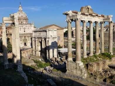Das Forum Romanum in Rom war Mittelpunkt des politischen, wirtschaftlichen, kulturellen und religiösen Lebens. Es liegt in einer Senke zwischen den drei Stadthügeln Kapitol, Palatin und Esquilin. Rechts stehen Säulen des Saturn-Tempels. In der Mitte der Triumphbogen des Septimius Severus, dahinter die Basilika Emila. Links noch im Bild der Tempel des Vespasian und des Titus.