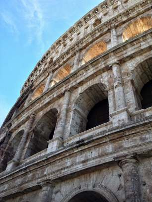 Von 72-80 nach Christus unter den Kaisern Vespasian und Titus gebaut, leitet sich die antike Bezeichnung Amphitheatrum Flavium von den Kaisern der flavischen Dynastie ab. Seit dem 8. Jahrhundert lässt sich die Bezeichnung Kolosseum historisch belegen. Der Namen geht von einer Kolossalstatue des Kaisers Nero aus, die nach dessen Tod in eine Statue des Sonnengottes Sol umgewandelt und neben dem Amphitheater aufgestellt wurde.