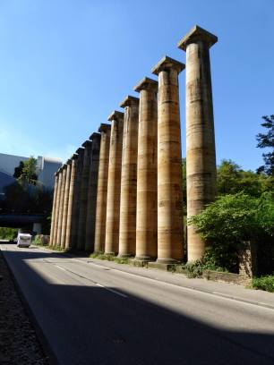 An der Neckartalstraße in Bad Cannstatt stehen 14 Säulen aus Cannstatter Travertinstein. Die 15m höhen Säulen aus dem Steinbruch Lauster waren für ein Mussolini-Denkmal am Adolf-Hitler-Platz (heute Theodor-Heuss-Platz) in Berlin-Charlottenburg bestimmt.