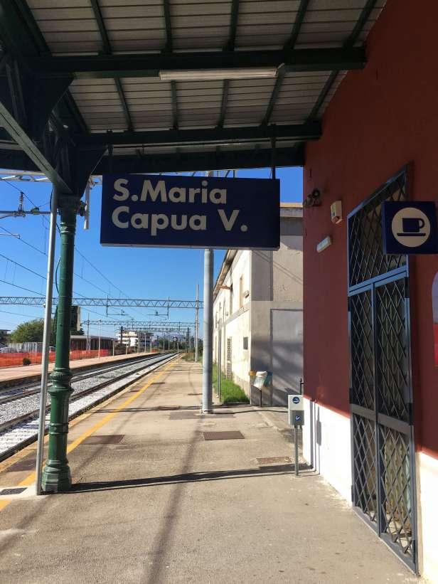 Der Bahnhof von Santa Maria Capua Vetere. Von Neapel aus ist man in einer dreiviertel Stunde in der italienischen Kleinstadt, an dessen Stelle das antike Capua lag. Das neue Capua liegt nur wenige Kilometer entfernt.