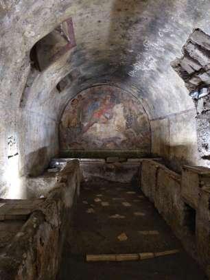 Im Jahr 1924 wurde in Santa Maria Capua Vetere eines der wenigen erhaltenen Mithräen in Europa entdeckt. Der Kultraum enthielt typischerweise zwei lange Reihen von Liegen, die durch einen Mittelgang voneinander getrennt waren. Der Eingang führte auf das Kultbild hin. Dieses zeigte die Stiertötung durch Mithras.