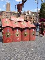 Vor den Trajansmärkten: Fotoscheue Legionäre bilden eine Schildkröte
