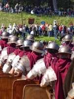 Mitglieder der Gruppo Storico Romano als Angehörige der 11. Legion