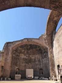 Die oktagonale Halle befindet sich an der südwestlichen Ecke des zentralen Komplexes der Diokletiansthermen. Sie hat früher wohl als Durchgangsbereich, vielleicht von den Umkleideräumen her, gedient.