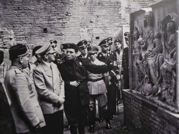 Mussolini und Hitler vor dem sogenannten Tellus-Relief der Ara Pacis