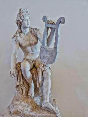 Marmorstatue des Gottes Apollo mit der Lyra. Römische Kopie aus der ersten Hälfte des 1. Jahrhunderts nach Chr. nach einem hellenistischen Original. Der Torso und das rechte Bein sind Original. Im 17. Jahrhundert wurde die Statue restauriert und fehlende Teile ergänzt.