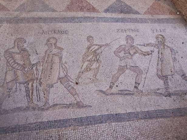 Römischer Way of Life: Mosaik mit berühmten Gladiatoren (Aigialos, Zephyros und Ylas) aus einem Haus im antiken Kos