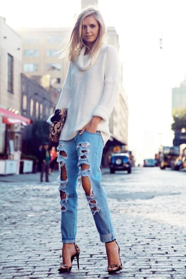 zerrissene-jeans-outfit-sandalen-weisser-pullover