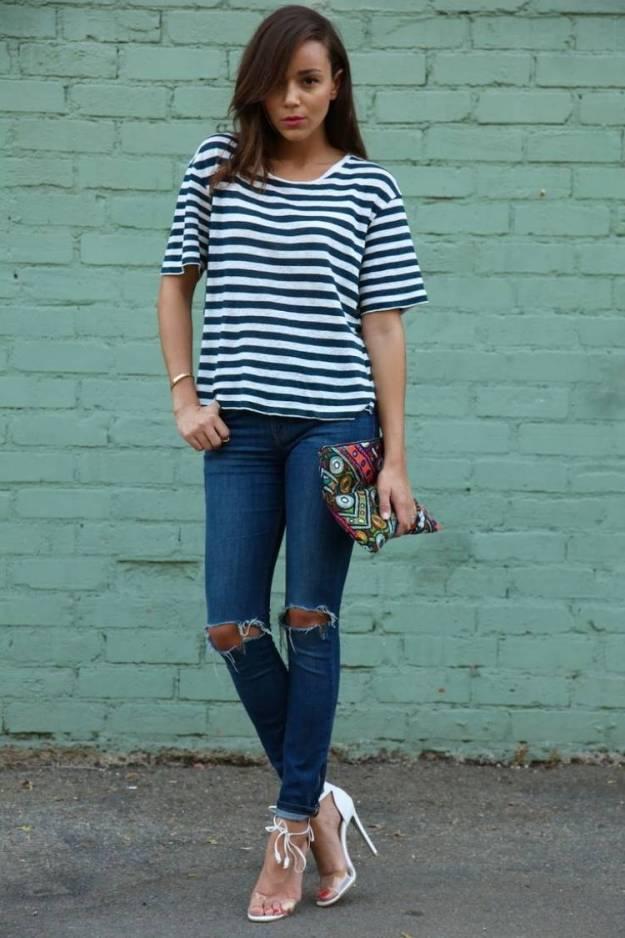 zerrissene-jeans-skinny-gestreifte-bluse-clutch