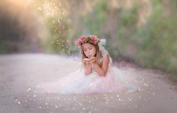 детская прическа с ободком из цветов