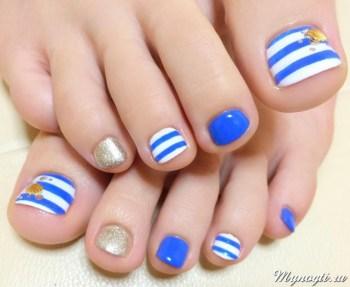 бело-голубой морской педикюр
