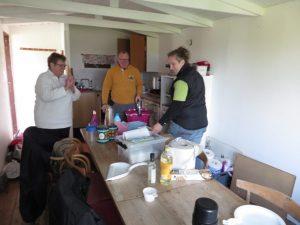Oprydning og rengøring i hytten.