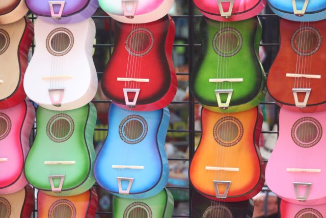 renkli ukuleler
