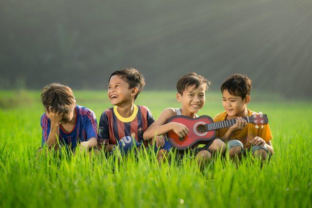 ukulele çalan çocuklar