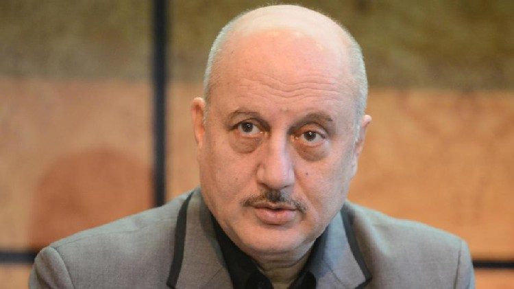Sonali Bendre is my hero, Anupam Kher says after meeting actor battling cancer