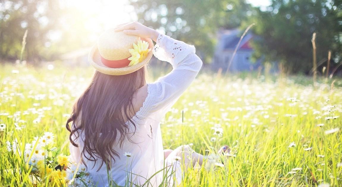 日光キラキラ麦わら帽子の女性