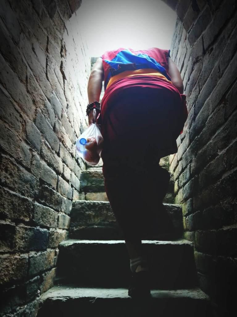 Mnich buddyjski na Wielkim Murze Chińskim.