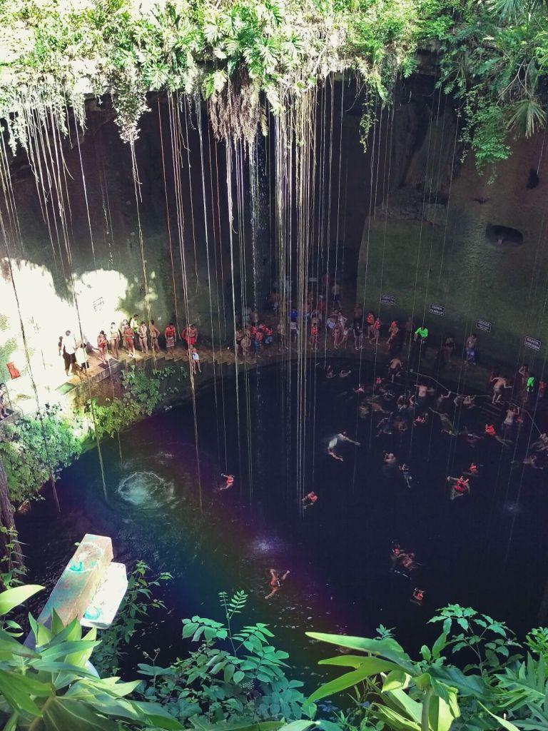 Kąpiel w Cenote, w Meksykańskiej dżungli.
