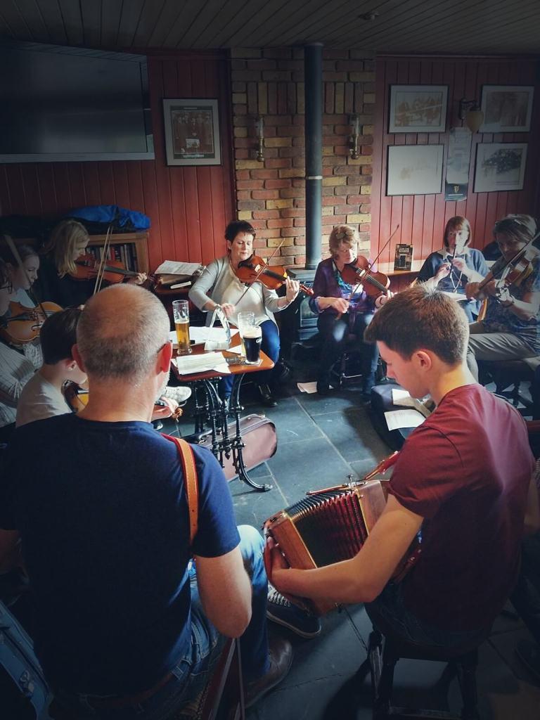 Irlandczycy grają tradycyjną, irlandzką muzykę.